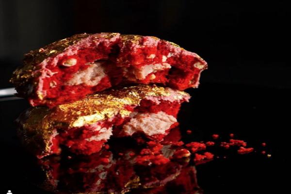 La galleta es envuelta en terciopelo rojo un ganache de chocolate de rubí con una hoja de oro de 23 quilates. Foto de Instagram duchesscookiesnyc