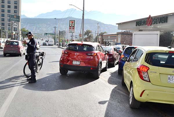 En su informe, el funcionario público dijo que el margen de ganancia de algunos distribuidores de gasolina es de alrededor de 20 por ciento sobre el precio que les da Petróleos Mexicanos (Pemex). FOTO: NOTIMEX