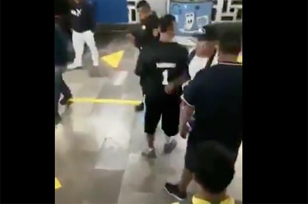 Uno de los policías intentó intervenir y separar a los jóvenes que se aventaban patadas y golpes