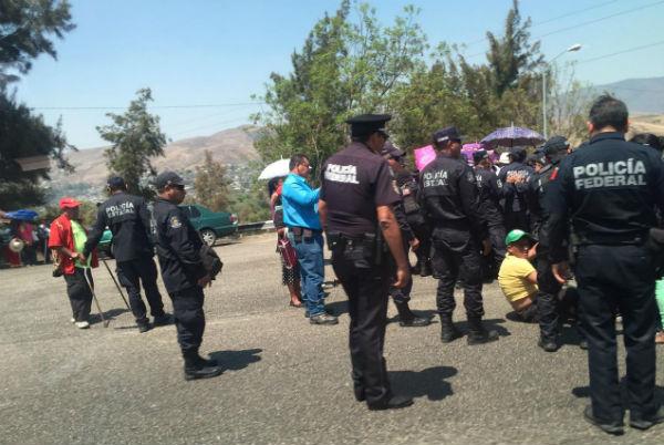 Durante la acción Silvestre Rodríguez terminó en el suelo y sus compañeros recriminaron la actitud de los policías. Foto: Carlos Navarrete