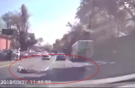 El joven logra abrir la cajuela y brinca sobre el carril de alta velocidad, mientras que los automóviles que iban detrás frenan la circulación para evitar atropellarlo.