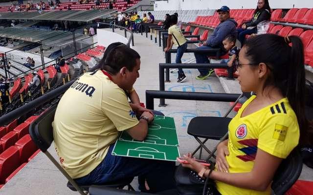 Aficionados sordociegos del América, pudieron vivir la pasión del futbol. FOTO ALEXIS HERNÁNDEZ