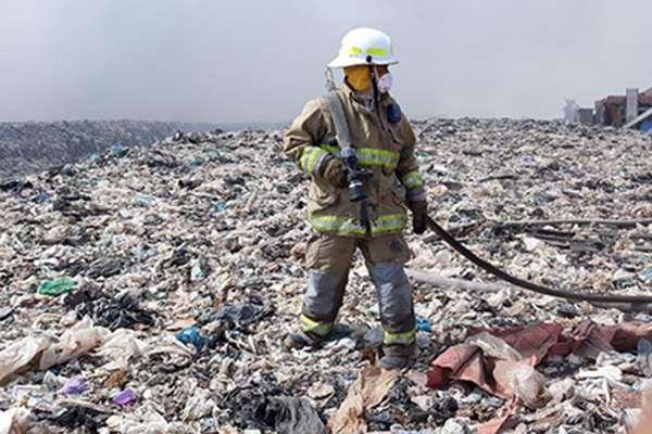 Señaló que actualmente el incendio es atendido por las Unidad Estatal de Protección Civil y Bomberos de Jalisco (UEPCBJ) y Protección Civil de los municipios de Tonalá y El Salto.