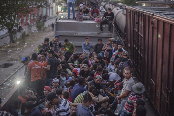 Muchos durmieron cerca de las vías para no perder el viaje. FOTO: CUARTOSCURO