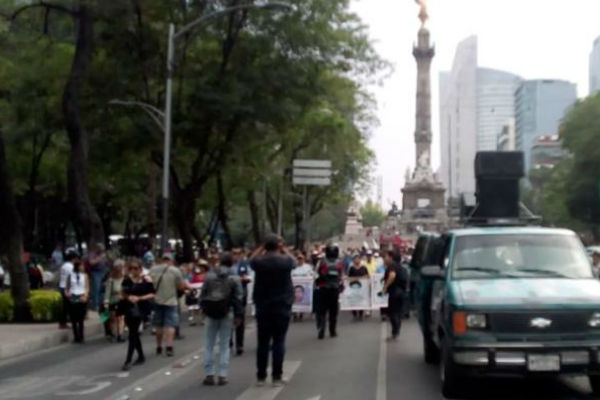 Manifestantes inician marcha sobre carriles centrales de Paseo de la Reforma. Foto: De Twitter @OVIALCDMX