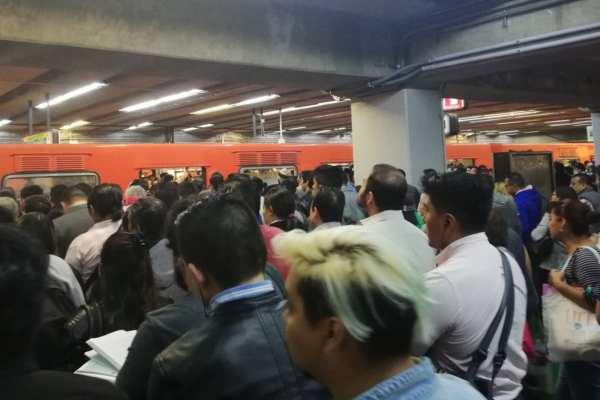 El STC Metrorecomendó a los usuarios tomar previsiones.Foto: @efr_ain