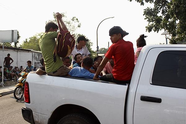El transporte de estas personas, cuyo destino final no es Yuma, también funciona de manera insuficiente para trasladarlos hasta el lugar a donde deben llegar. FOTO: NOTIMEX