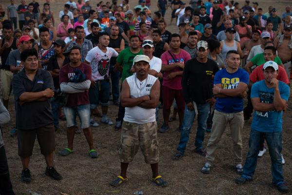 Con el objetivo de atender a más de cuatro mil migrantes elementos del Ejército les brindan alimento. Foto: EFE