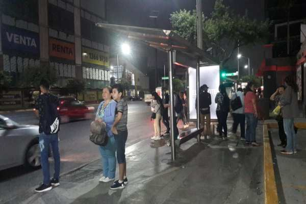 El paro inició al filo de las 5 de la mañana y se extendió pasadas las 8 de la mañana. Foto: @el_kike