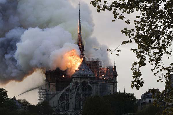 Este lunes se registra un incendio en la emblemática catedral de Notre Dame de París,