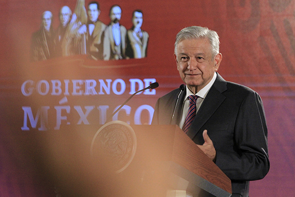 López Obrador indicó que está cumpliendo el compromiso que hizo sobre derogar la reforma educativa y dijo que respeta las opiniones en contra del memorándum. FOTO: NOTIMEX