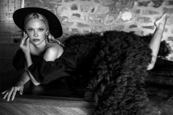 La actriz Pamela Anderson abandonó el martes una gala caritativa destinada a reunir fondos para jóvenes en problemas. Foto: Instagram