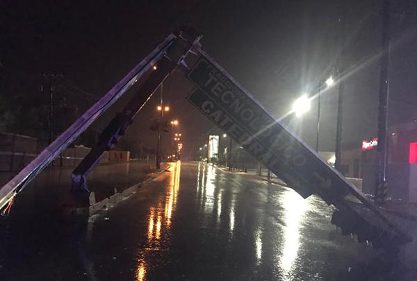 De acuerdo con reportes en redes sociales, la tormenta dejó letreros árboles y anuncios caídos en varias zonas de la ciudad durante la madrugada.