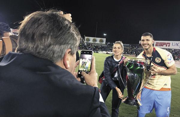 FOTÓGRAFO. Miguel Herrera le tomó la imagen con la Copa MX a Guido Rodríguez. Foto: ALEXIS HERNÁNDEZ