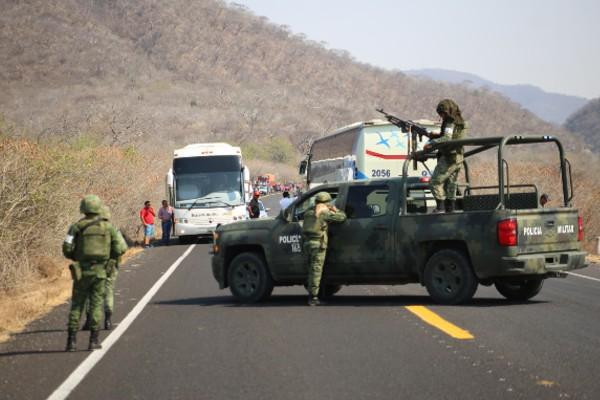 policías en un bloqueo de Guerrero