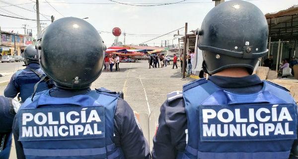 Varios locatarios retiraron su mercancía al ver la presencia de los uniformados. Foto: Especial