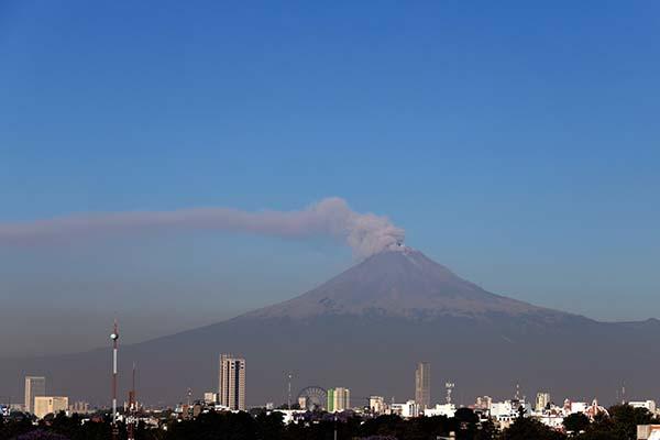 Durante la mañana y al momento de este reporte, se observa una emisión constante de vapor de agua, gases volcánicos y ligeras cantidades de ceniza. FOTO: CUARTOSCURO