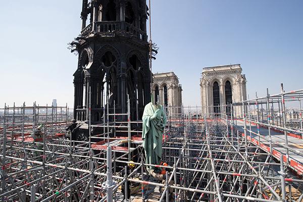Macron dijo que Francia lanzará una campaña para reconstruir la catedral, incluso con recaudación de fondos y apelando a
