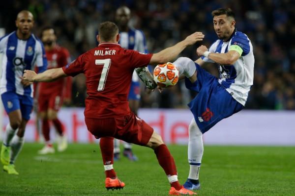 Antes de cumplirse un minuto de juego, el mexicano Jesús Corona probó al arco después de burlar a dos defensas ingleses. Foto: AP
