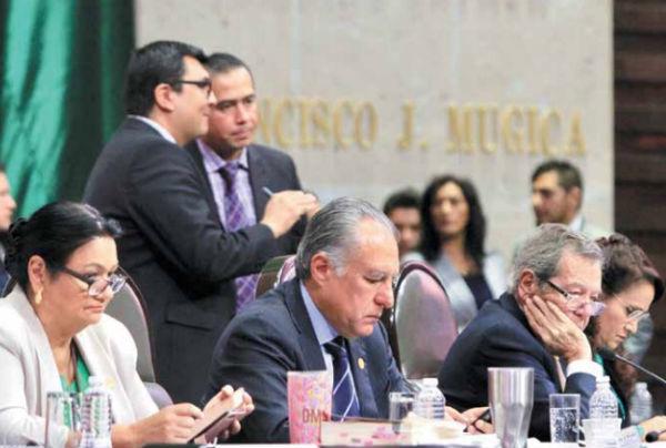 PLENO. Ayer, la Mesa Directiva de San Lázaro, durante la sesión para tratar la Reforma Educativa. Foto: Cuartoscuro