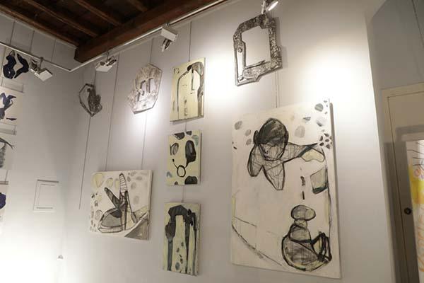 La libertad de Christiane Mayr se ve a través de su obra buscando técnicas y materiales diferentes, se divierte y hace de su inspiración la forma de caminar en su vida compartiendo sus emociones que miran otros mundos ajenos como es el mar.