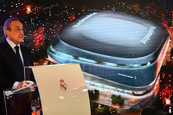 Acompañado por la alcaldesa de Madrid, Manuela Carmena, Pérez afirmó que el nuevo Santiago Bernabéu