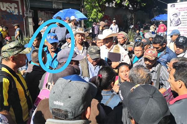 """En el video y fotografías se muestra a """"El Toño"""" y al líder Che Cú organizando el plantón para extenderlo."""