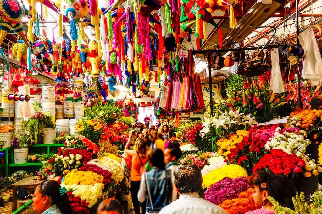 En los mercados, además, no solamente hallamos materias primas y comida, los hay de artesanías, de flores, y de un sinfín de cosas más. Foto: Especial