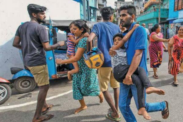 PAVOR. Policías hallaron más explosivos, lo que causó escenas de pánico en Colombo, capital de Sri Lanka. Foto: AP
