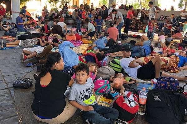 Este domingo los migrantes centroamericanos apostados en el anfiteatro del Parque Central de Tapachula decidieron quedarse otro tiempo más en esta ciudad. FOTO: NOTIMEX