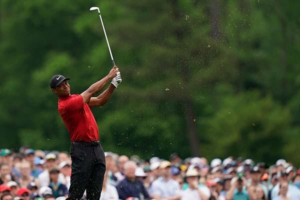 Woods firmó una tarjeta con 70, para un global de 275 (-13), uno menos que sus compatriotas Dustin Johnson (68), Xander Schauffele (68) y Brooks Koepka (67), 276 (-12). FOTO: AFP