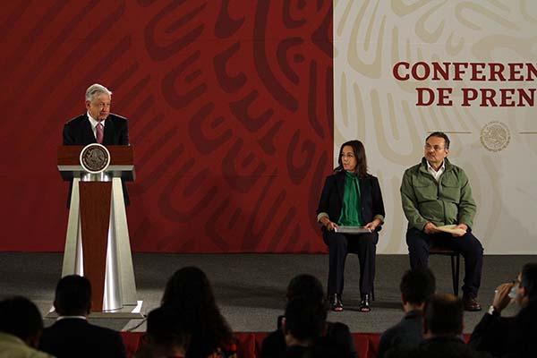 El presidente Andrés Manuel López Obrado, estuvo acompañado del director de Pemex, Octavio Romero y Diana Álvarez, subsecretaria de la Secretaría de Gobernación, durante la conferencia matutina de hoy. FOTO: NOTIMEX