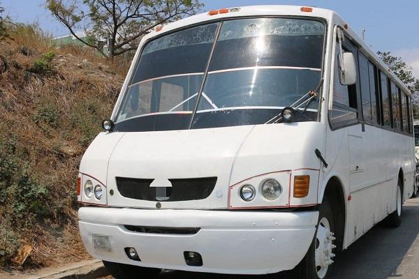 La FGR comunicó que aseguraron -además- tres radios de comunicación, una computadora portátil y seis teléfonos celulares, así como cinco autobuses de pasajeros y tres vehículos particulares. Foto: Especial