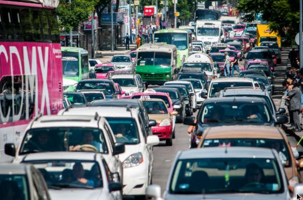 Evita multas, vehículos con engomado rojo con hologramas 1 y 2 dejan de circular este miércoles. FOTO:ESPECIAL