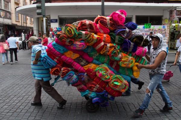 El comercio en vía pública ha pasado de ser una actividad de sobrevivencia a un criterio de gobernabilidad: ANPEC Foto: Cuartoscuro