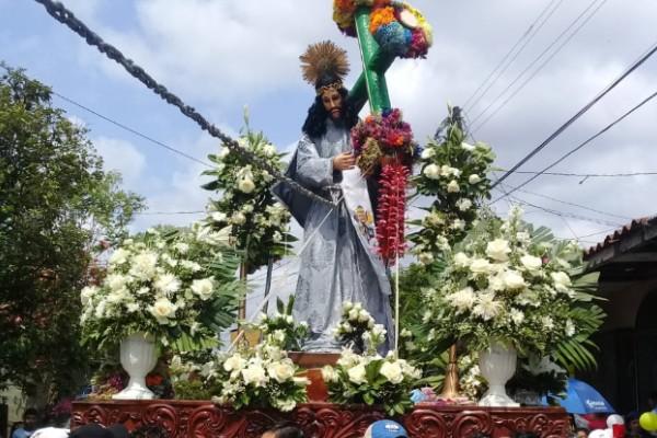 El viacrucis es una de las prácticas religiosas más comunes del Viernes Santo. Foto: Twitter