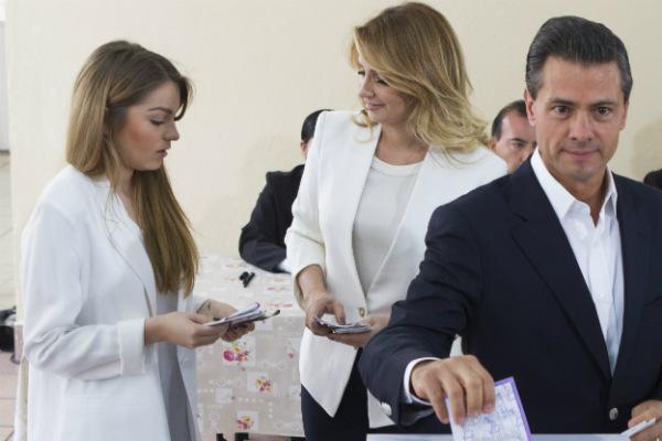 Las tres hijas de Angélica Rivera solían asistir de forma habitual a actos oficiales durante el mandato de Peña Nieto, incluso Sofía lo acompañó el día de la elección de 2018 FOTO: Cuartoscuro