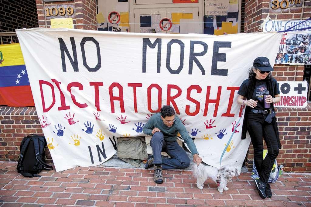 Seguidores de Juan Guaidó bloquearon la entrada de la embajada de Venezuela en EU.FOTO: AP