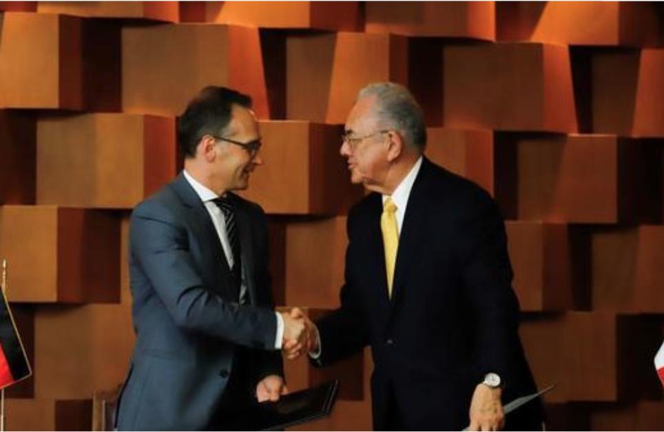 Javier Jiménez Espriú, titular de la SCT ( der.), junto a Heiko Maas, ministro alemán de Asuntos Exteriores, en el acuerdo.FOTO: ESPECIAL