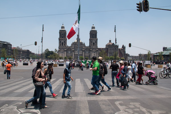 Personas caminan por el Zócalo de la CDMX