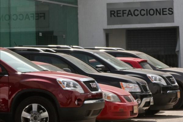 0e4aedc70 Las bajas ventas se agudizaron por la Semana Santa, ya que fueron menos  días laborales, reportó en Inegi. Venden autos nuevos en agencia