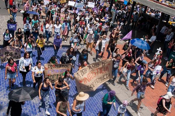 La marcha de estudiantes por el caso Lesvy Rivera y los feminicidios en el país, llegó a la Rectoría en Ciudad Universitaria. Foto: Cuartoscuro