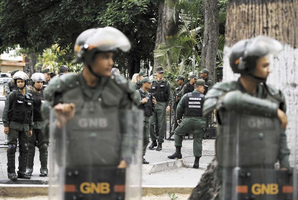 La policía rodeó varias cuadras cercanas al Congreso sin permitir la entrada de diputados, trabajadores y periodistas. FOTO: ESPECIAL