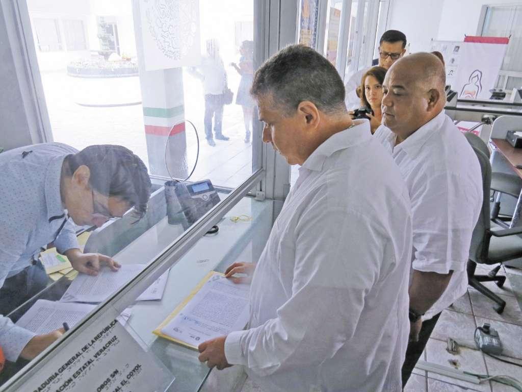 Miembros del gabinete del gobernador Cuitláhuac García presentaron la querella.FOTO: ESPECIAL