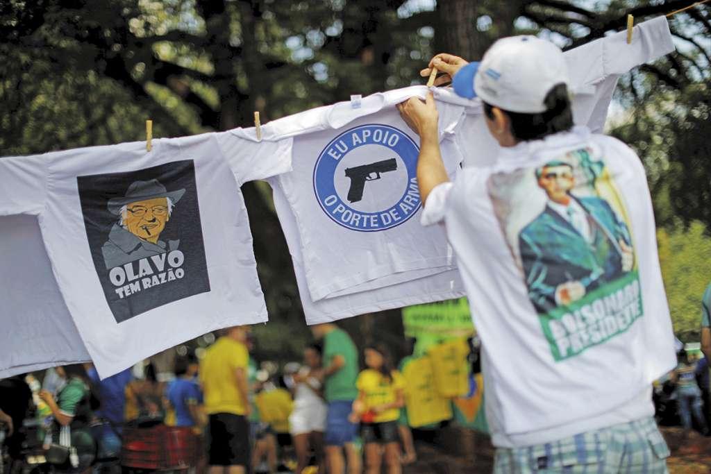 En las calles del país venden playeras en apoyo a la portación de armas.FOTO: ESPECIAL