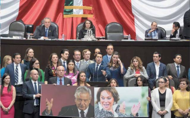 La bancada del PAN subió a tribuna para externar su rechazo a la Reforma Educativa; sin embargo, al final, se aprobó. FOTO: CUARTOSCURO