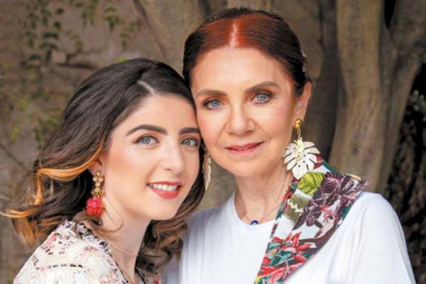 Madre e hija posan con vestidos de las últimas colecciones del diseñador. FOTO: YAZRIVERA