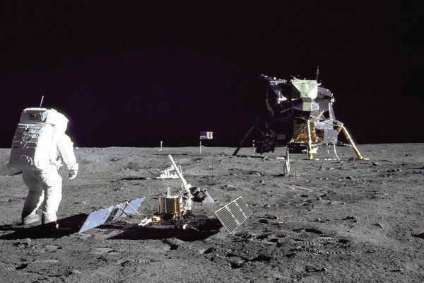 El primer celular nació en 1973, mientras que el hombre llegó a la Luna en 1969. Foto: Buzz Aldrin