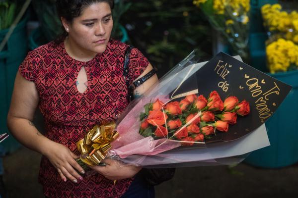 Las flores son un regalo clásico y en el mercado de Jamaica se pueden conseguir más baratas. Foto: Archivo   Cuartoscuro