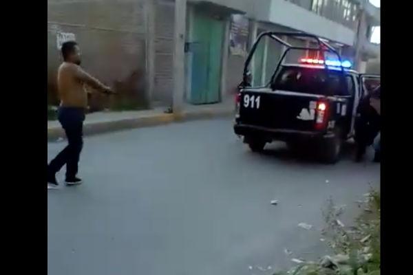 Un sujeto desarmó a un  policía municipal y liberó a una pareja  que fueron abordados en una patrulla. Foto: Especial